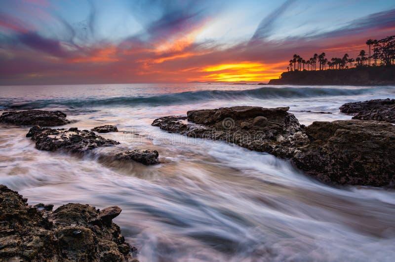 Coucher du soleil très coloré dans le Laguna Beach images stock