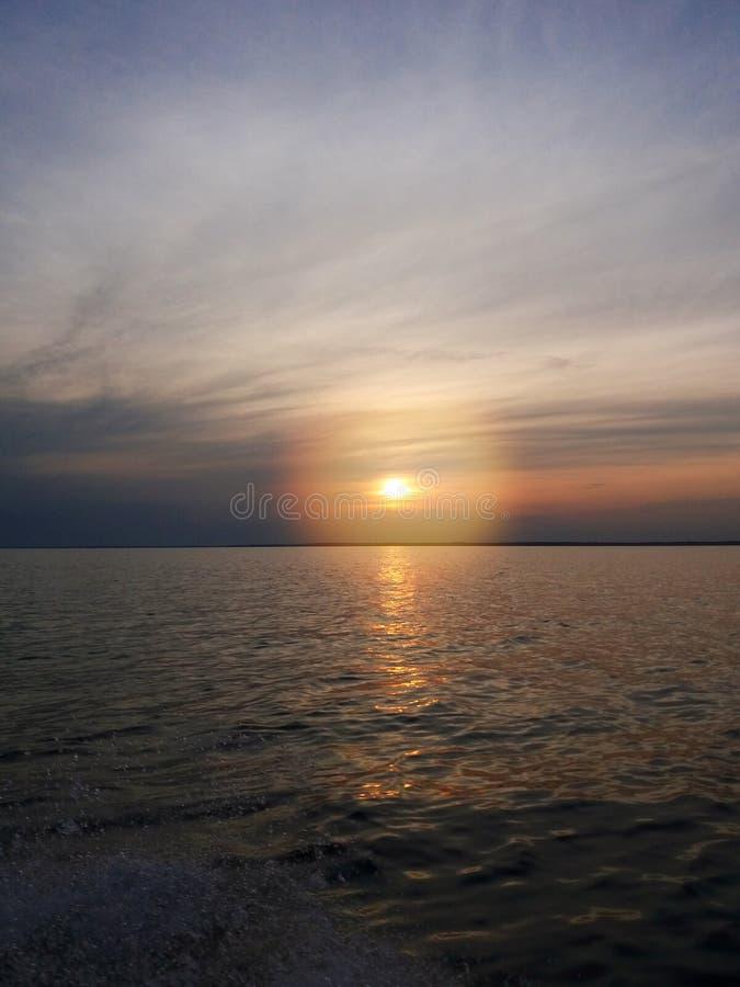 Coucher du soleil tranquille et confortable La puissance du soleil Matin d'?t? images stock