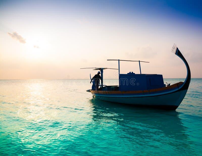 Coucher du soleil tropical de bateau des Maldives, mer image libre de droits
