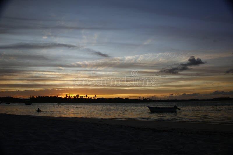 Coucher du soleil tropical en mer photos libres de droits