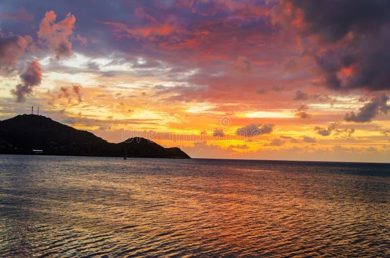 Coucher du soleil tropical vibrant photographie stock