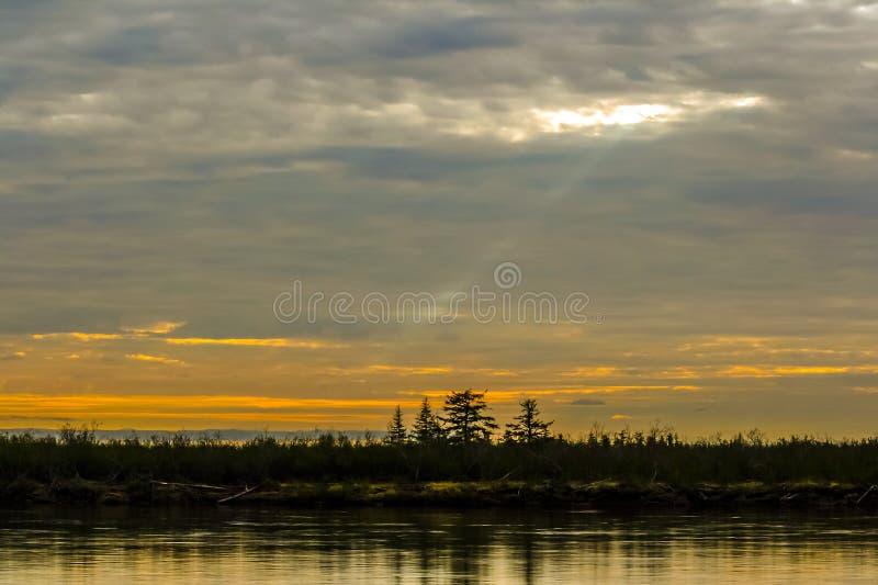 Coucher du soleil un jour polaire dans la forêt-toundra de Taimyr images stock