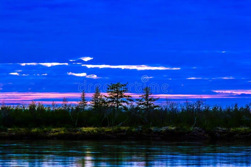 Coucher du soleil un jour polaire dans la toundra de Taimyr photo stock