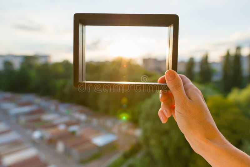 Coucher du soleil urbain dans un cadre vide, coucher du soleil de soirée de fond, silhouette de ville photographie stock