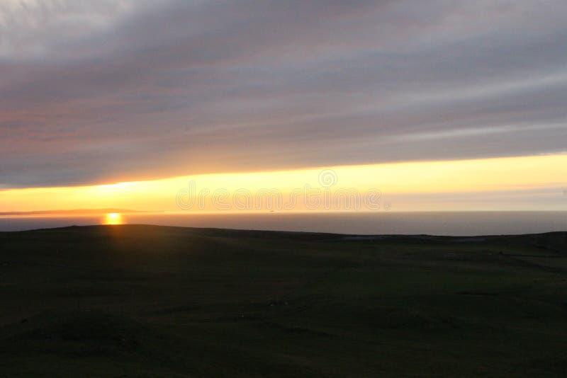 Coucher du soleil venant au-dessus de l'horizon photo stock