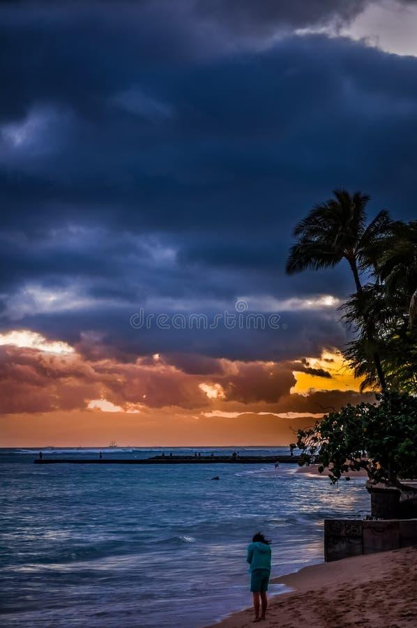 Coucher du soleil venteux à la plage de Waikiki image stock