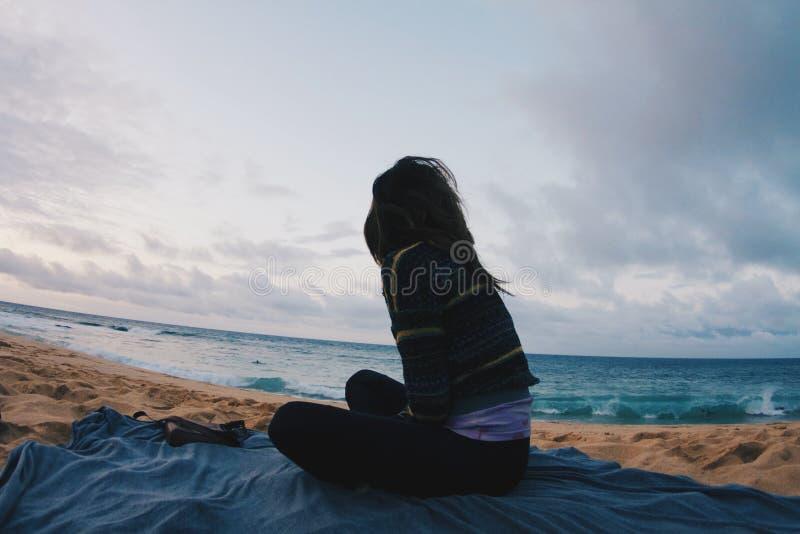 Coucher du soleil venteux de ressacs de fille photos libres de droits