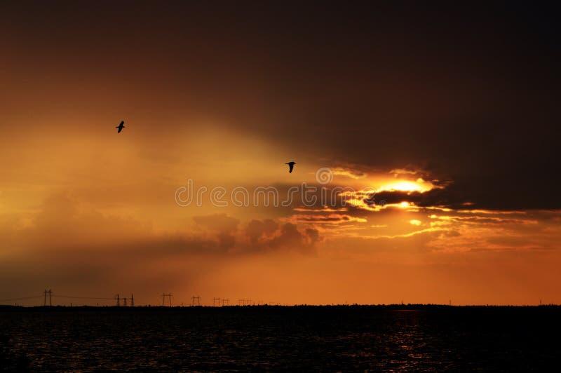 Coucher du soleil vers le lac image stock