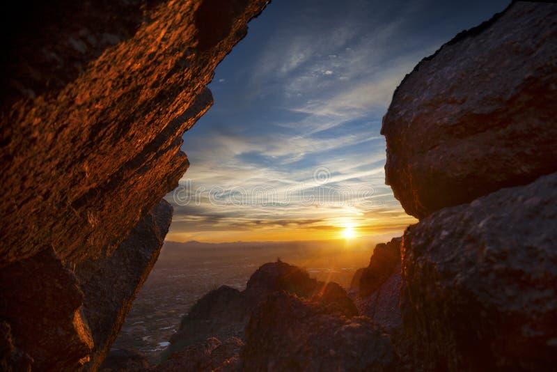 Coucher du soleil vibrant de désert par des roches images libres de droits