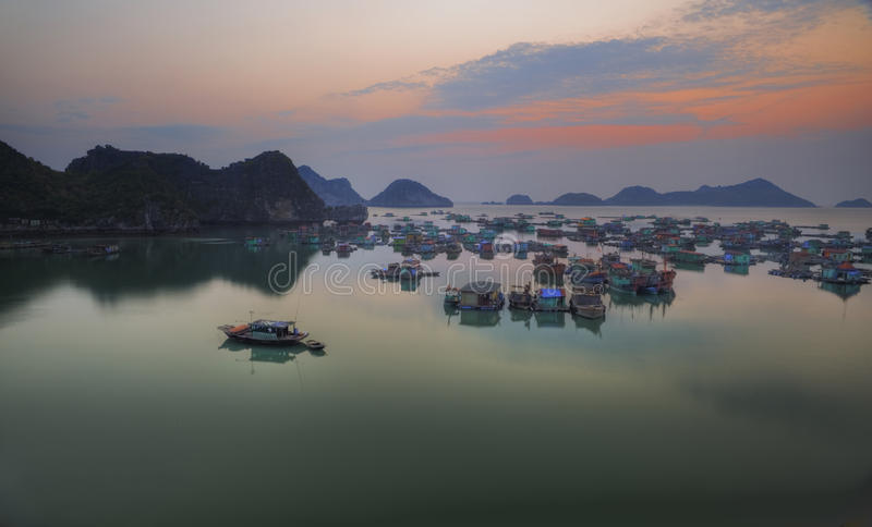 coucher du soleil Vietnam de halong de compartiment photographie stock