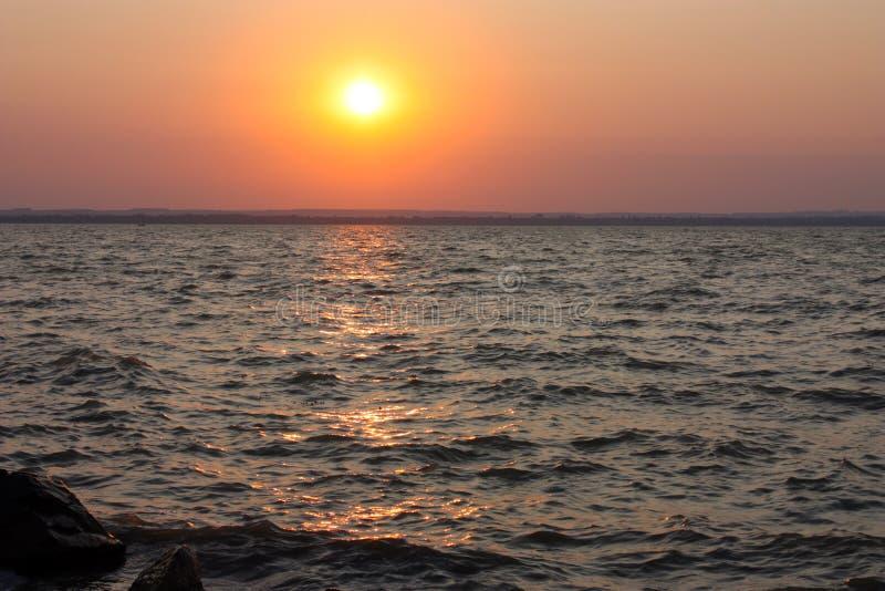 Coucher du soleil vif au-dessus du lac Balaton, Hongrie photos stock