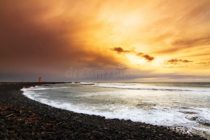 Coucher du soleil volcanique de plage photographie stock libre de droits