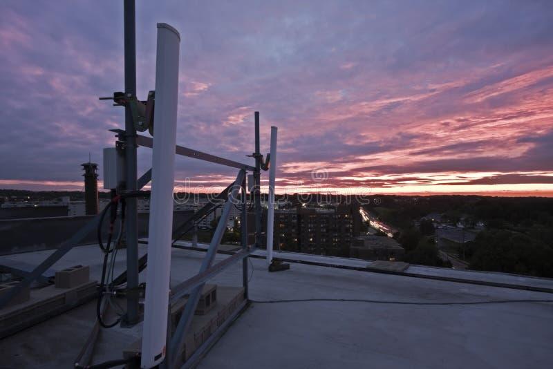 coucher du soleil vu cellulaire d'antennes photographie stock libre de droits