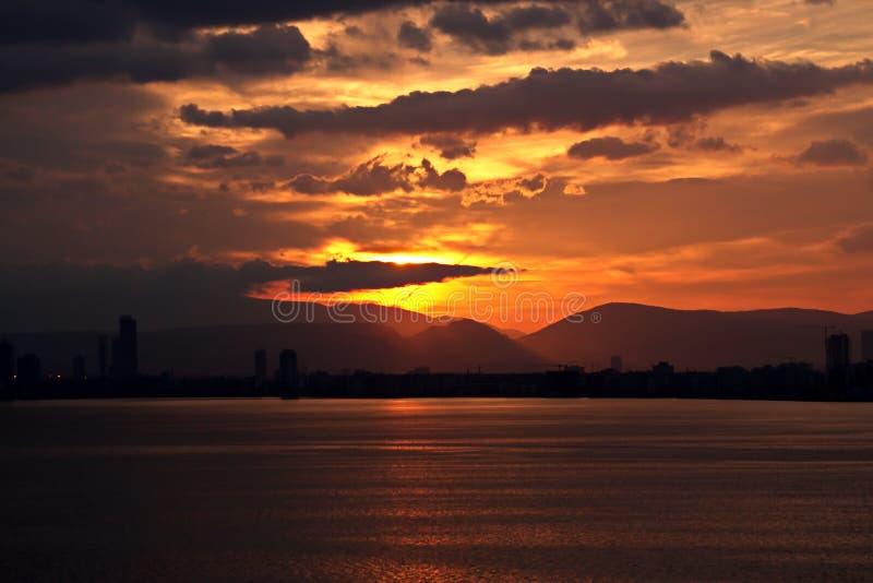 Coucher du soleil Vues colorées de la côte, des villes et des ports de la Turquie avec les navires amarrés de mer au coucher du s photographie stock