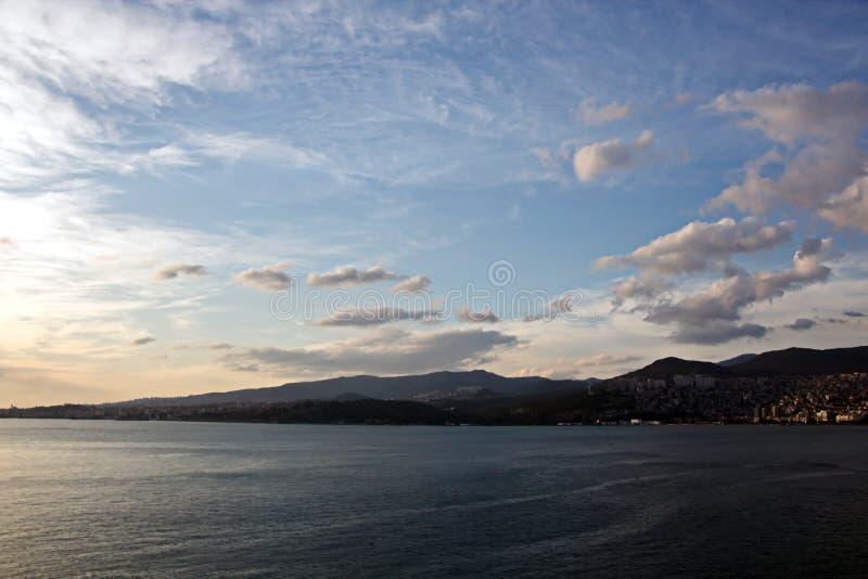 Coucher du soleil Vues colorées de la côte, des villes et des ports de la Turquie avec les navires amarrés de mer au coucher du s photographie stock libre de droits