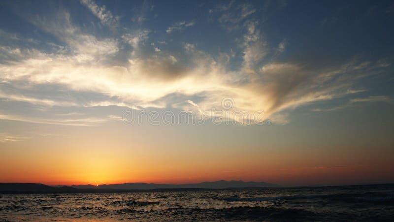 Coucher du soleil Wiev avec les nuages bluesky et la mer Égée photo libre de droits