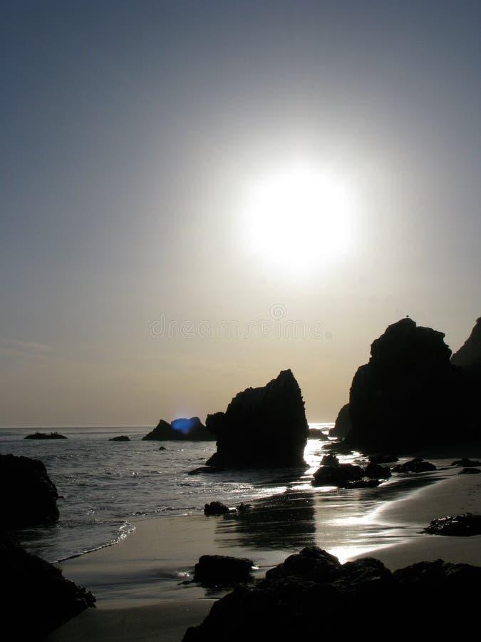 Couchers du soleil au-dessus de l'EL Matador Beach dans Malibu, la Californie photographie stock