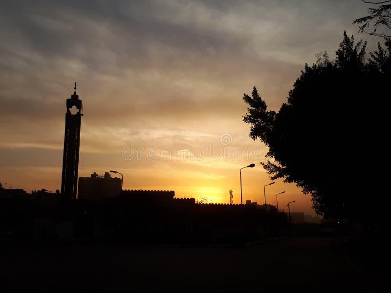 couchers du soleil dans le ciel images libres de droits