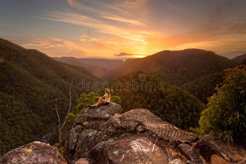Couchers du soleil de observation en montagnes bleues photo libre de droits
