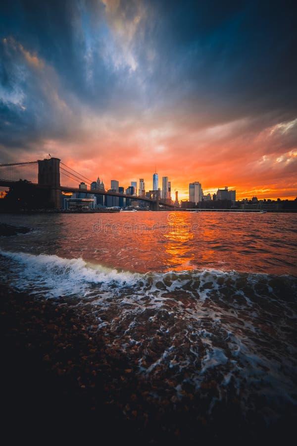 Couchers du soleil vibrants au-dessus de pont de Brooklyn photographie stock