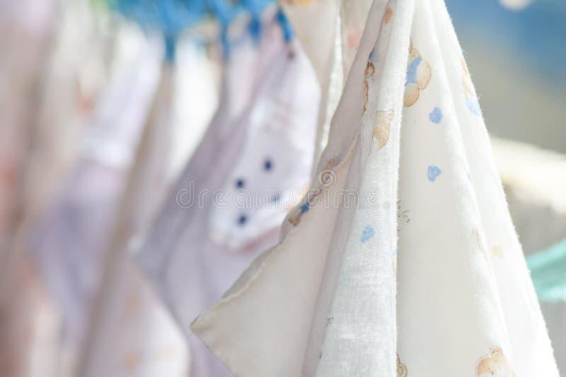 Couches-culottes de tissu sur une corde à linge image stock