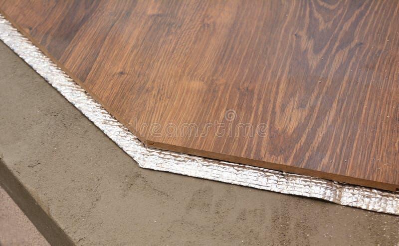 Couches d'installation de plancher en bois dur avec la membrane d'isolation Parqueter des couches photo libre de droits