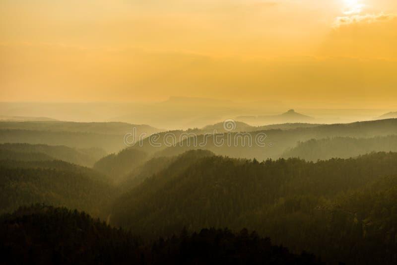 Couches de brouillard en montagnes tchèques dans la lumière de coucher du soleil, Suisse Saxon-de Bohème, République Tchèque photo stock