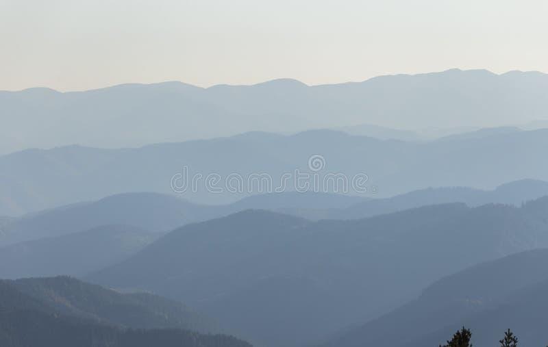 Couches de chaîne de montagne photographie stock