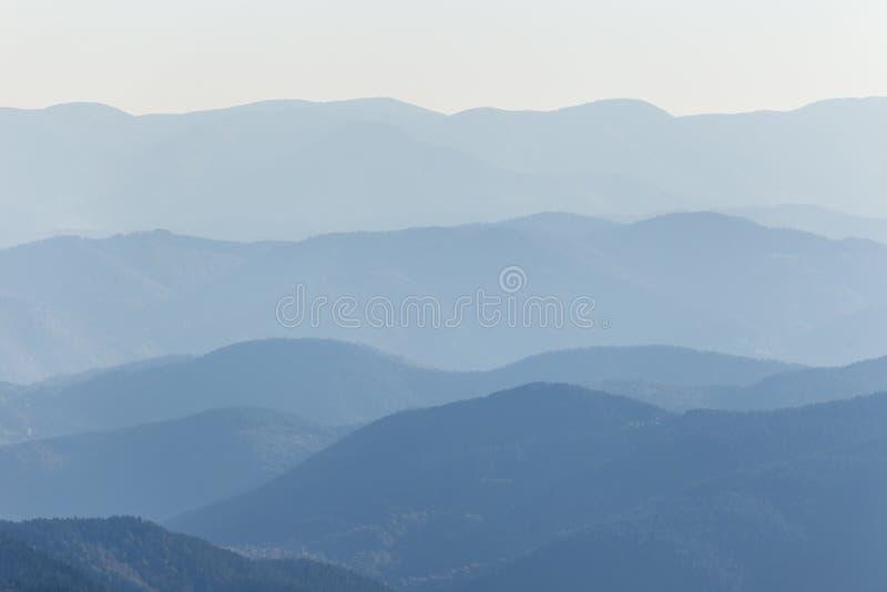 Couches de chaîne de montagne photos stock