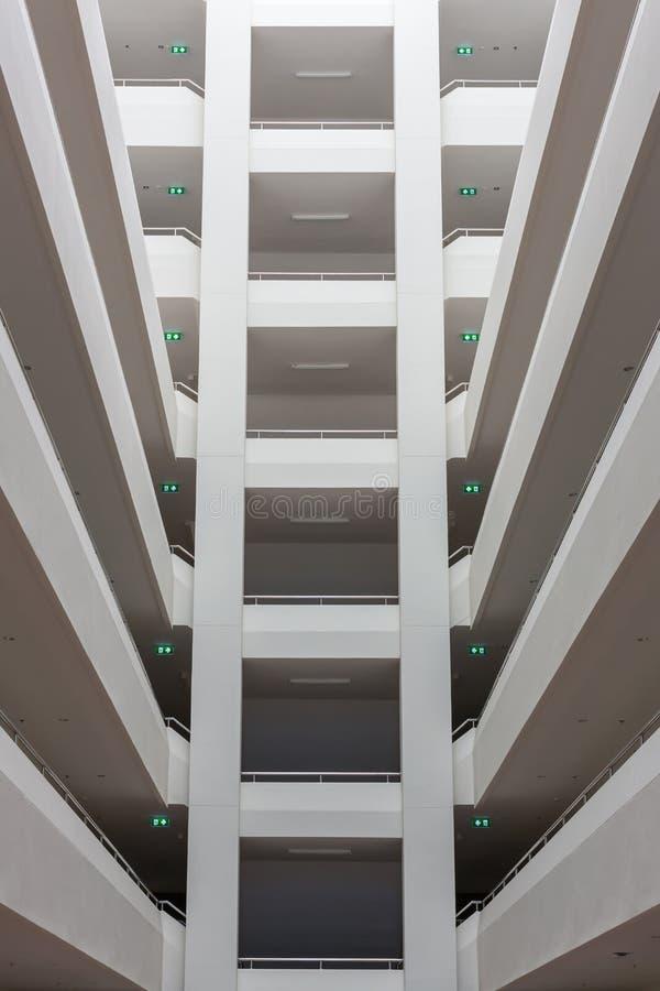 Couches de construction modernes de structure de plancher Bâtiment abstrait de pile de couloir de tunnel avec la couche de symétr photos libres de droits