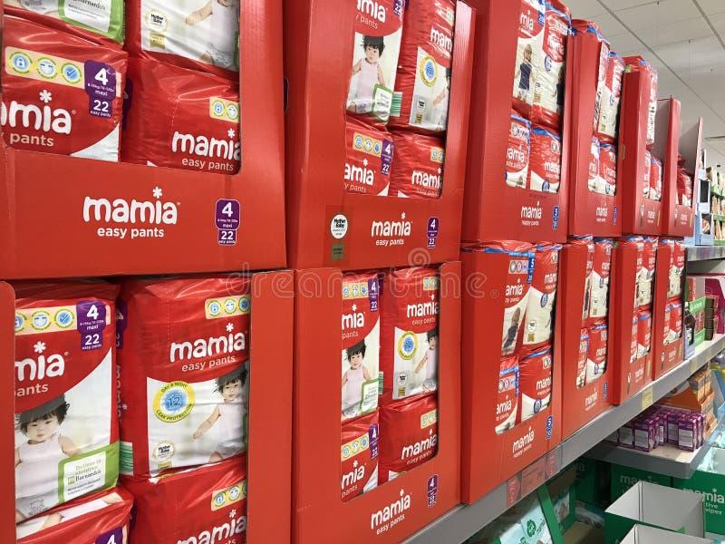 Couches de Mamia sur des étagères dans le magasin d'Aldi photos libres de droits