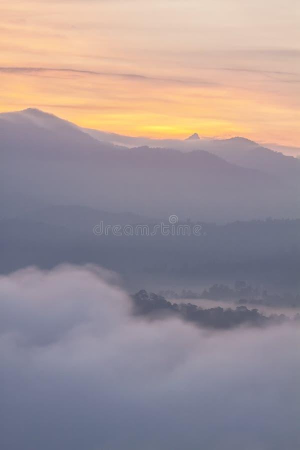 Couches de montagne avec le ciel d'or photos stock