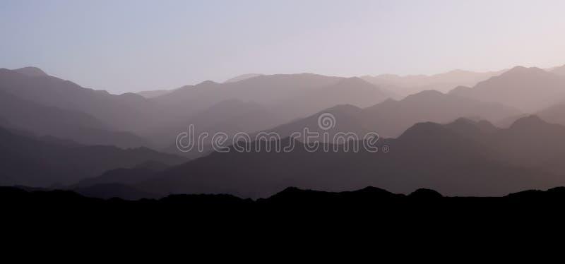 Couches de montagne de la gamme andine de pré-montagne de precordillera et de la Cordillère au coucher du soleil, San Juan, Argen images stock