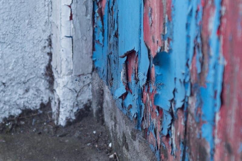 Couches de peinture d'épluchage de différentes couleurs sur une vieille porte en bois superficielle par les agents image stock
