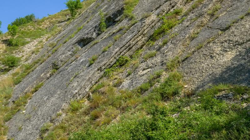 Couches verticales de roches sédimentaires photos stock