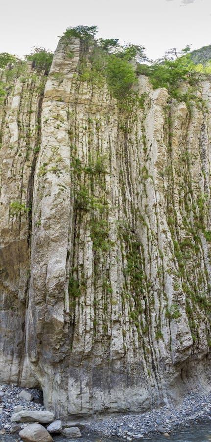 Couches verticales sur la roche chez Clue de Barles canyon de rivière de Bes près des bains de les de Digne images stock