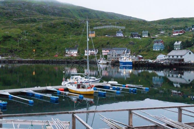 Couchette et support en bois pour le code de séchage sur l'île Soroya, Norvège image libre de droits