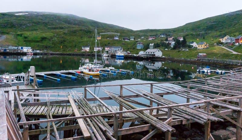 Couchette et support en bois pour le code de séchage sur l'île Soroya, Norvège photo stock