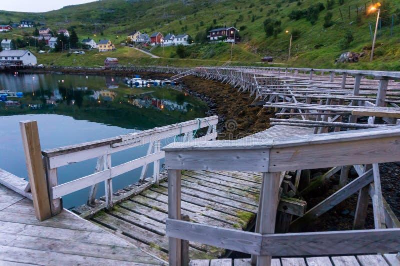 Couchette et support en bois pour le code de séchage sur l'île Soroya, Norvège photos libres de droits