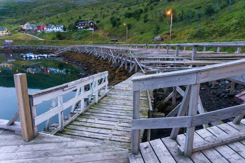 Couchette et support en bois pour le code de séchage sur l'île Soroya, Norvège photos stock