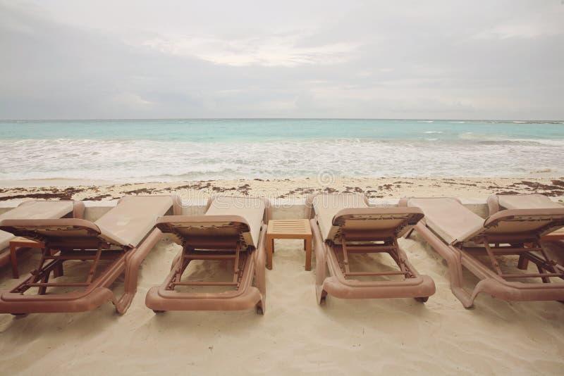 Couchettes à la plage image libre de droits
