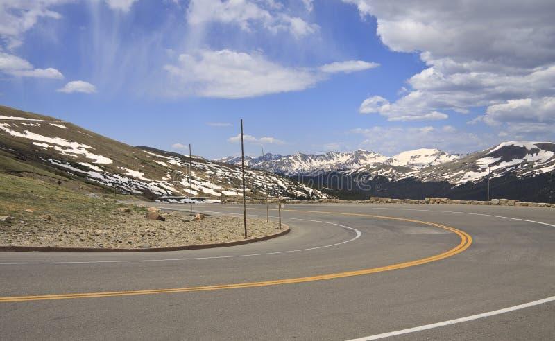 Coude fermé dans la route de montagne image stock