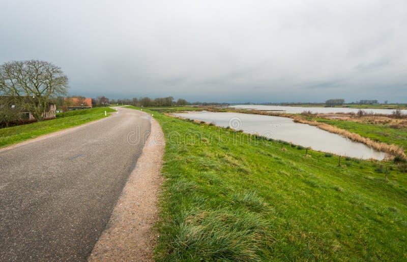 Couds que amenazan sobre un paisaje rural imagen de archivo libre de regalías