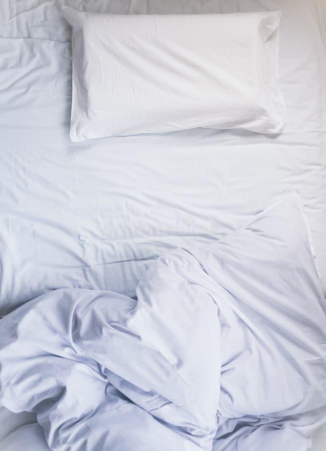 Couette qui n'est pas encore fait blanche de matelas de lit avec l'oreiller et la vue supérieure couvrante image libre de droits