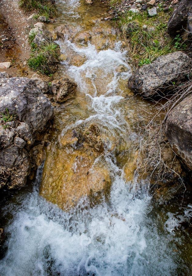 ?coulement de l'eau entre les roches d'un courant de montagne images libres de droits