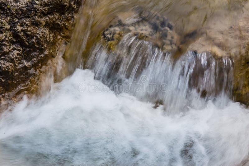 ?coulement de l'eau entre les roches d'un courant de montagne image stock