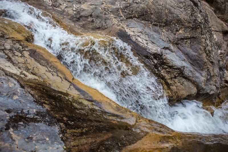 ?coulement de l'eau entre les roches d'un courant de montagne image libre de droits