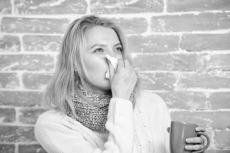 ?coulement nasal et d'autres sympt?mes du froid Fluide potable d'abondance important pour assurer le prompt r?tablissement du fro images stock