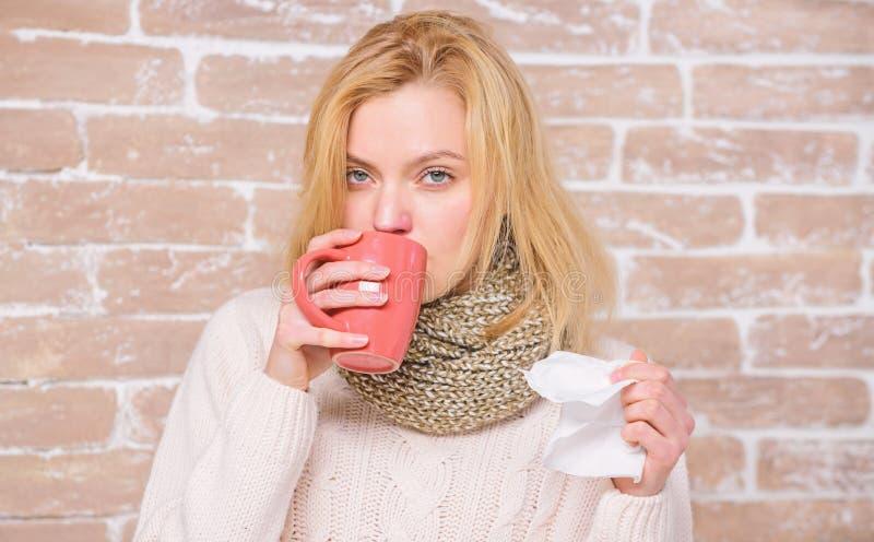 ?coulement nasal et d'autres sympt?mes du froid Rem?des de froid et de grippe Buvez plus de liquide se d?barassent du froid Fluid photographie stock