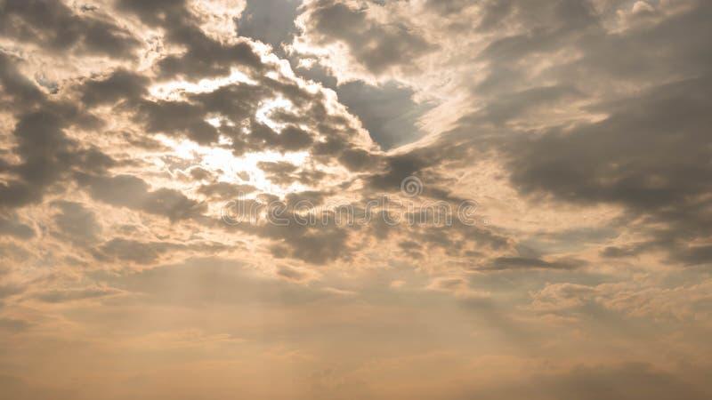 Couler léger par des nuages photos stock